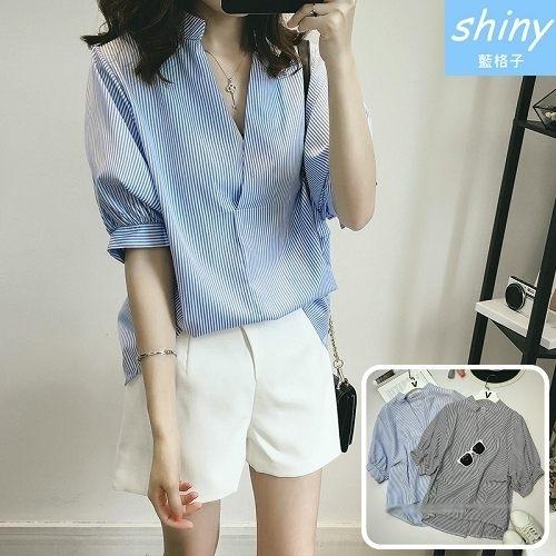 【V1802】shiny藍格子-清新時尚‧V領後排釦前短後長蝙蝠袖上衣