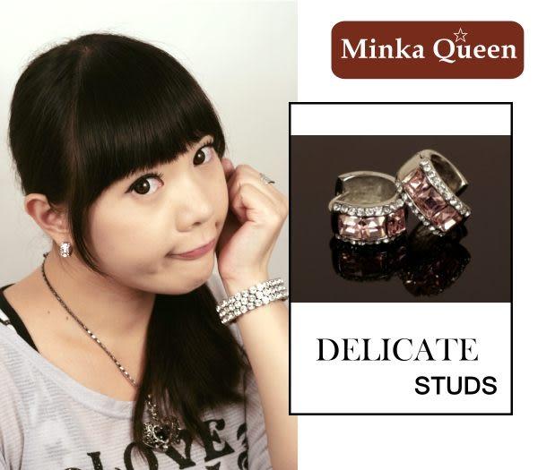 德國鈦鋼 粉紅三排滿鑽造型 精緻水鑽、鋯石抗敏易扣耳環(一對)(15 mm)