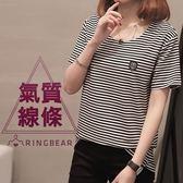 韓版--休閒經典條紋簡約氣質皮革紋章圓領彈性短袖上衣(黑L-3L)-T279眼圈熊中大尺碼