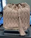 ■專櫃55折■ 全新真品■Miu Miu 5BC047 matelasse 絎縫小羊皮抽繩水桶2用包 茶粉色
