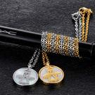 《 QBOX 》FASHION 飾品【C100N1356】精緻秀氣圓形貝殼天使鈦鋼墬子項鍊(金/銀)