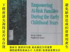 二手書博民逛書店英文原版罕見Empowering At-Risk Familie