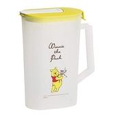 〔小禮堂〕迪士尼 小熊維尼 日製霧面塑膠單耳掀蓋冷水壺《黃蓋.親親》2L.茶壺 4976790-89105