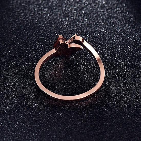 《 QBOX 》FASHION 飾品【RR-199】精緻秀氣噴砂蝴蝶單鑽玫瑰金鈦鋼開口戒指/戒環
