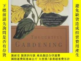 二手書博民逛書店英文原版罕見Thoughtful Gardening 深思熟慮的