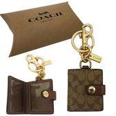 【COACH】經典C LOGO PVC皮革小吊牌鑰匙圈贈原廠禮盒(焦糖)