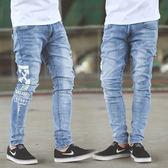 長褲 側邊圖騰淺藍刷色小抓破彈性合身牛仔褲【NB0544J】
