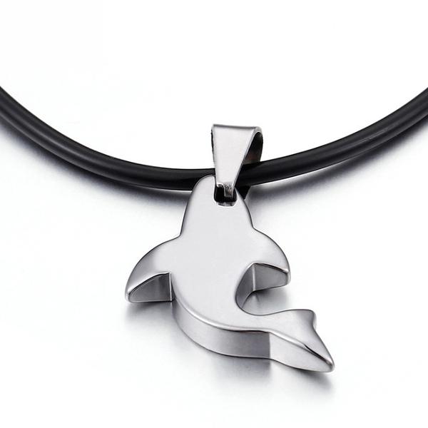 《 QBOX 》FASHION 飾品【CKN31661】精緻氣質浪漫海豚造型鎢鋼墬子項鍊