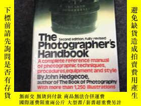 二手書博民逛書店The罕見Photographers Handbook 內有大量