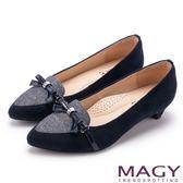 MAGY OL時髦氣場 雙布料拼接尖頭低跟鞋-藍色