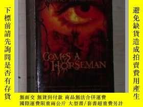 二手書博民逛書店英文原版罕見Comes a Horseman by Robert