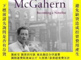 二手書博民逛書店Young罕見John Mcgahern: Becoming A