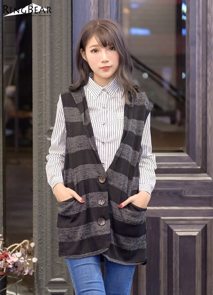 連帽背心--輕薄暖意寬版橫條紋木釦雙側口袋連帽針織長版背心(黑.灰XL-4L)-J293眼圈熊中大尺碼