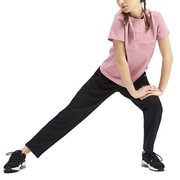 Puma Downtown 女 粉 短袖 運動 短版上衣 運動 休閒 刺繡Logo 瑜珈 圓領上衣 短袖 59569114