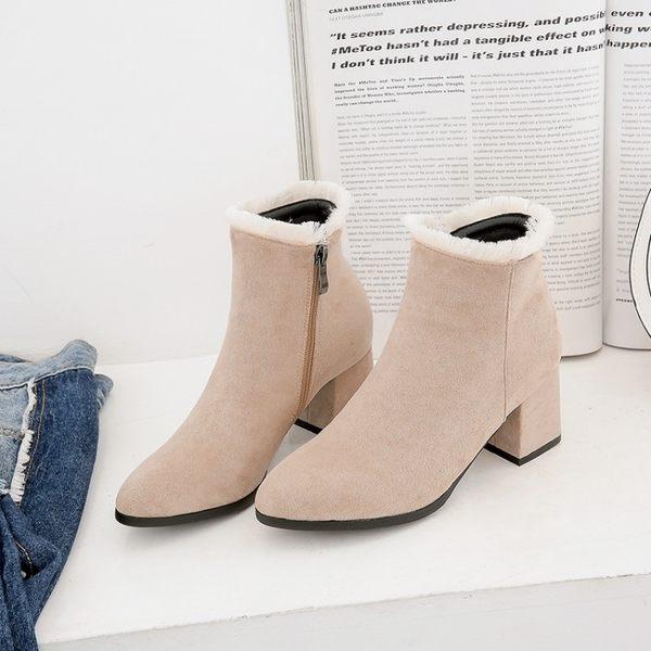 大尺碼女鞋 2019秋季新款時尚顯瘦百搭絨皮絨毛邊尖頭中跟短靴~2色