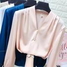 緞面上衣 領口珍珠V領長袖套頭雪紡衫女春裝絲綢緞面打底襯衫上衣-Ballet朵朵