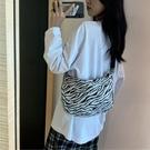 帆布包 斑馬紋斜挎包女ins餃子包2021新款時尚大學生大容量韓版帆布包女(新品上架)