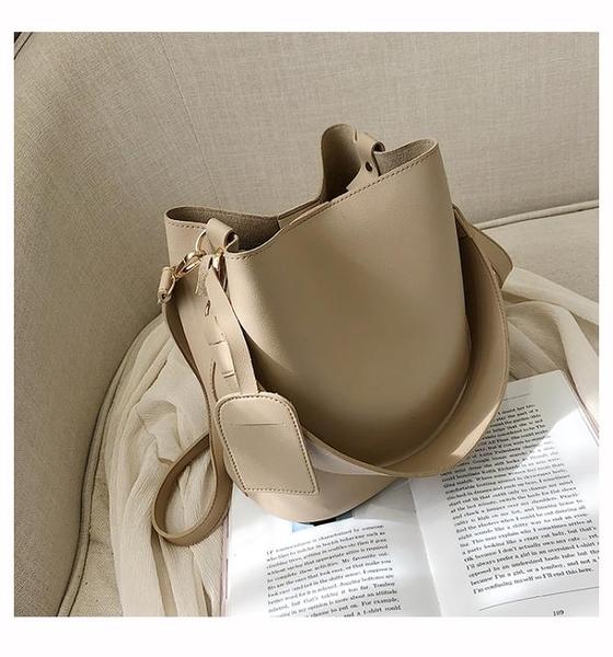 2020水桶包女新款2020時尚寬帶素色簡約大容量水桶包韓版港風側背斜背包