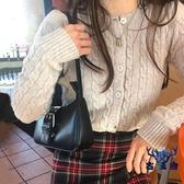 腋下包側背斜背包復古冷淡風皮扣設計法棍包包女百搭【古怪舍】