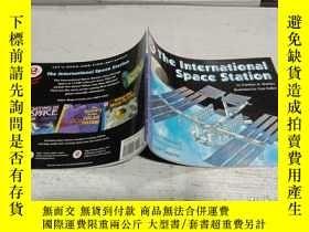 二手書博民逛書店The罕見International Space Station (Let s-Read-and-Find-Out