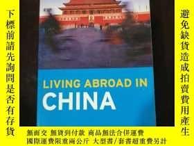 二手書博民逛書店英文原版罕見LIVING ABROAD IN CHINAY254