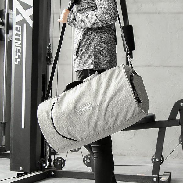 《WEEKEIGHT》圓筒運動型多功能乾濕分離設計手提肩背大型運動背包/旅行袋