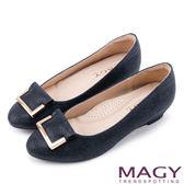 MAGY OL通勤專屬 金屬點綴進口布料楔型低跟鞋-藍色
