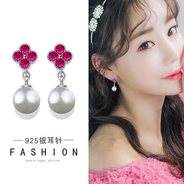 【免運到手價$98】玫紅鑲鑽四葉草耳釘女氣質韓國個性耳環短款仿珍珠耳墜
