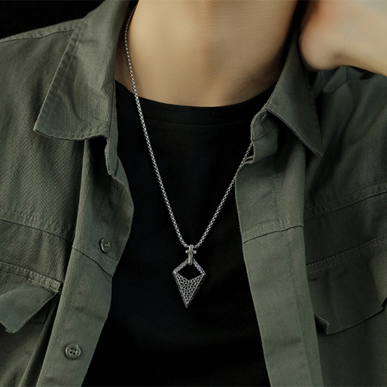 《 QBOX 》FASHION 飾品【C20N1843】精緻個性歐美復古十字架菱形能量石鑄造鈦鋼墬子項鍊/掛飾