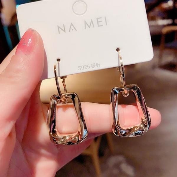 設計感耳環女小眾金屬感扭曲耳圈韓國氣質網紅耳墜東大門銀針耳釘 怦然新品
