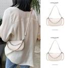 包包 夏天白色小包包女包2020新款潮夏季鏈條斜挎法棍法式腋下包奶茶色