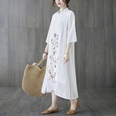 洋裝 中大尺碼女裝 2021夏季新品大碼文藝復古純色刺繡中長款連身裙寬鬆顯瘦胖mm