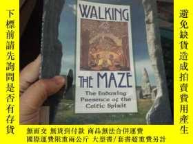 二手書博民逛書店WALKING罕見THE MAZEY15389 出版1998