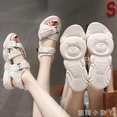 2021新款網紅小熊涼鞋女夏學生平底厚底松糕鞋魔術貼百搭運動鞋女 蘿莉新品