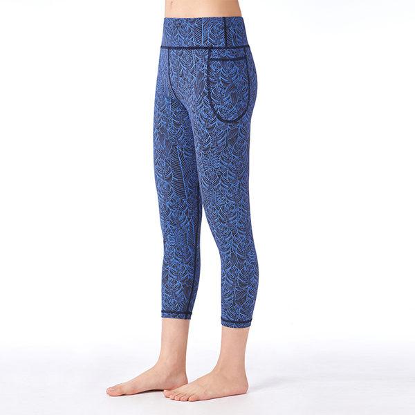 【MACACA】髖骨固定fit口袋七分褲 - ASE6602 (黑底藍葉)(瑜伽/慢跑/健身/運動)
