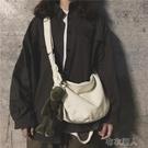 帆布斜挎包男士學生韓版潮流女式潮牌嘻哈日系休閑百搭單肩包 布衣潮人