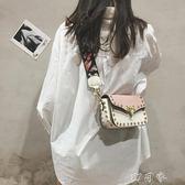 小包包女潮夏韓版百搭寬帶單肩斜背包時尚鉚釘小方包 盯目家