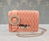 ■夏季折扣專櫃55折■Miu Miu 全新真品 水晶裝飾蘭花絎縫皺褶小羊皮包 粉色