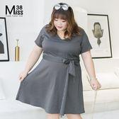 Miss38-(現貨)【A06331】顯瘦黑白條紋 V領 收腰綁帶 短袖 大尺碼洋裝 連身裙 OL風-中大尺碼女裝