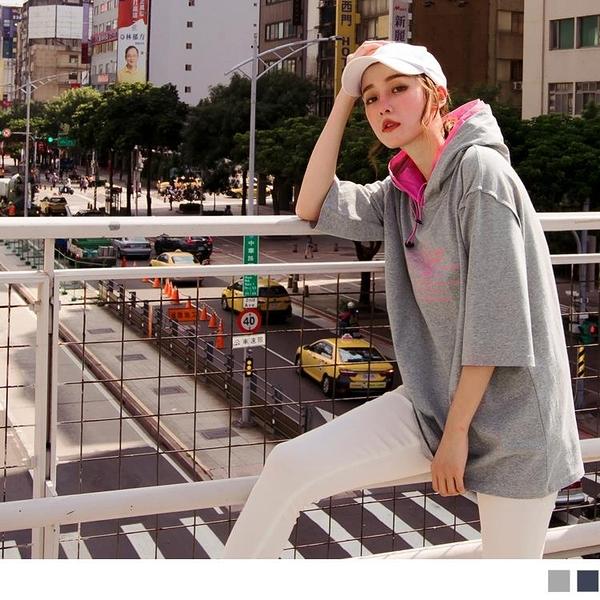 《AB11027-》棉麻英文燙印連帽五分袖寬鬆上衣 OB嚴選