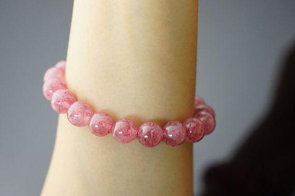 草莓水晶,可以讓能量石來增加自己的信念與信心內向的人,和不擅長表達自我的人。N258