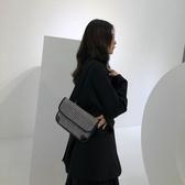 斜背包新款簡約小眾洋氣信封包寬肩帶蜥蜴紋復古側背斜背腰包女 限時特惠