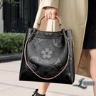 側背包時尚壓花大容量斜背包手提包商務女士...