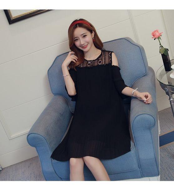 漂亮小媽咪 韓國洋裝 【D6081SN】 露肩 蕾絲 拼接 雪紡 百褶裙 裸肩洋裝 寬鬆 傘狀 孕婦裝