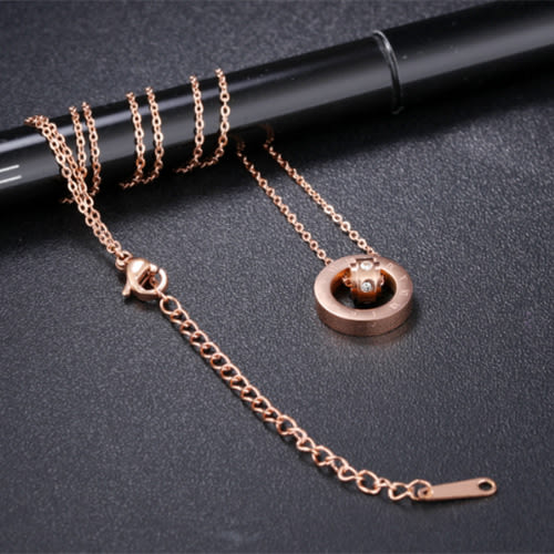 《 QBOX 》FASHION 飾品【C100N1195】精緻秀氣羅馬數字環圈鑲鑽玫瑰K金316L鈦鋼墬子項鍊
