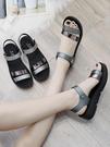 新款夏季平底2021時尚中年婦女坡跟女士百搭厚底中跟媽媽涼鞋 黛尼時尚精品