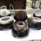 『晶鑽水晶』天然瑪瑙 早期聚寶盆 約450-700g 招財 居家擺設 辦公桌 含台製原木底座