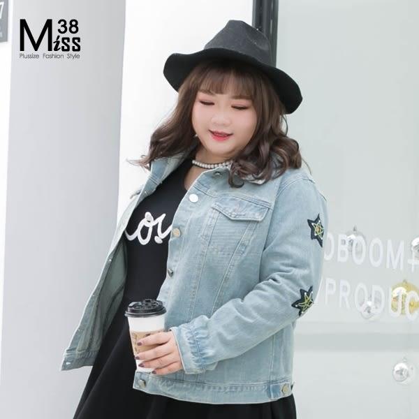 Miss38-(現貨)【A05088】大尺碼 牛仔外套 韓版星星釘珠 淺藍水洗 修身顯瘦 時尚翻領 -中大尺碼女裝