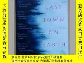 二手書博民逛書店The罕見Last Town on Earth 英文原版大32開