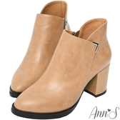 Ann'S乾淨俐落-美型金屬V扣前低顯瘦粗跟短靴-杏